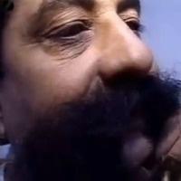 Jean a de longues moustaches